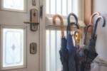 一人暮らしにおすすめの狭い玄関に便利なマグネット式傘立てはコレ!